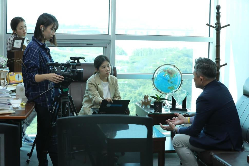 표창원 의원이 동물전문 매체 <애피> 신소윤 기자(가운데), 박선하 피디(왼쪽)과 인터뷰를 하고 있다.  강창광 기자
