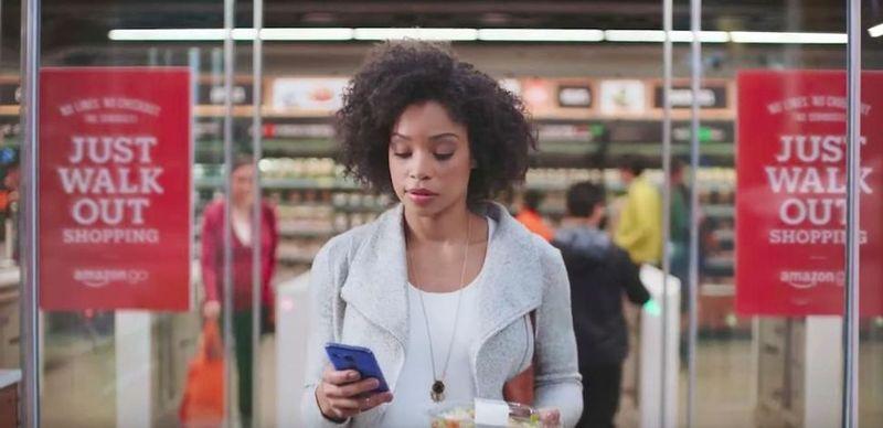 미국 최대 온라인 쇼핑몰인 아마존이 지난해 시애틀에 문을 연 식료품점 '아마존 고'. 계산대에서 결제할 필요 없이 상품을 집으면 자동으로 결제가 이뤄진다. 소비자가 아마존 고 앱을 실행하고 물건을 골라 담고 나오면 그만이다.  아마존 제공