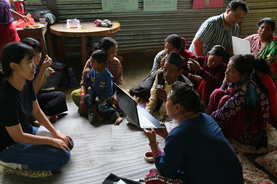 지난 8월 네팔을 찾은 '시민현장감시단' 단원들이 주민들에게 모금 영상을 보여주며 의견을 묻고 있다.                                      발전대안 피다 제공