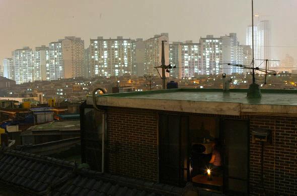 서울 영등포구의 한 옥탑방에서 바라본 전경. 한겨레 DB