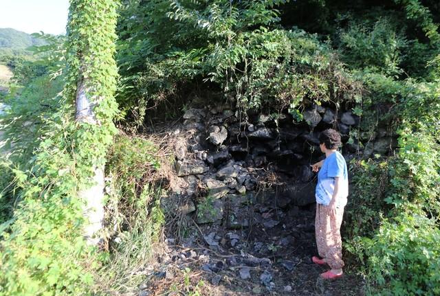 송전리 세동마을에 남아 있는 '삼굿터'. 닥종이(한지)를 만들기 위해 닥나무를 쌓아놓고 찌던 곳이다. 주민 석달막(72)씨가 불을 때던 아궁이 쪽을 가리키고 있다.