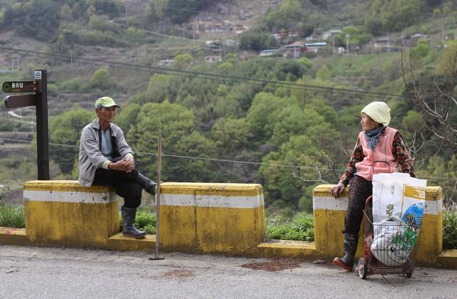 송전리 세동마을 어르신들이 마을 길가에 앉아 이야기를 나누고 있다. 왼쪽이 김승열(80·)씨, 오른쪽은 하두라(81)씨.