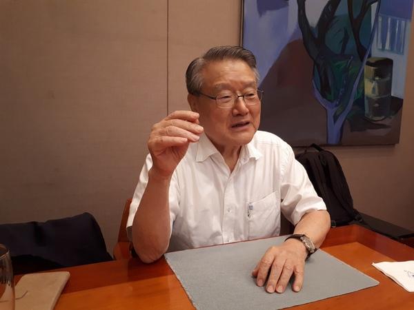 라종일 이사장이 4일 서울클럽에서 정치에서 협치의 중요성을 강조하고 있다.