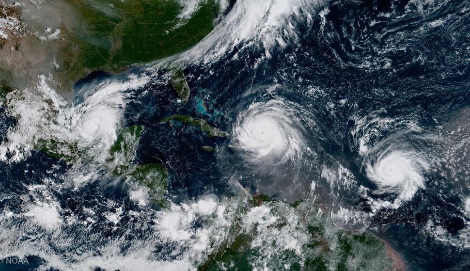 카리브해에서 세 개의 허리케인이 동시에 발생해 도서 국가들과 미국 남부, 멕시코를 위협하고 있다. 7일 촬영한 위성사진에서 5등급 허리케인 '어마'(가운데)가 쿠바 동쪽에 머물고 있고, '호세'가 그 동남쪽에서 세력을 확장하는 모습이 보인다. 왼쪽 멕시코에는 '카티아'가 상륙했다. AP 연합뉴스