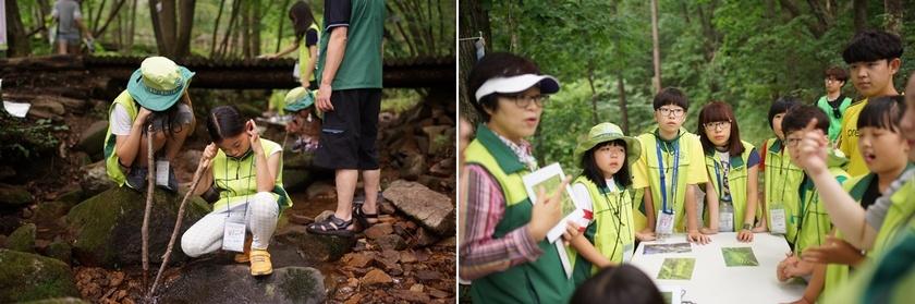 제10회 숲사랑소년단 전국대회에 참가한 학생들이 숲해설가의 설명을 들은 뒤, 나무를 관찰하고 계곡 물소리를 듣는 등 숲 교육 활동을 하고 있다. 숲사랑소년단 제공