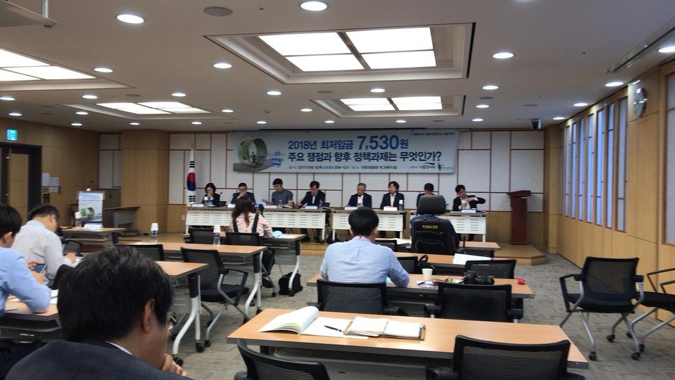 지난 7일 '2018년 최저임금 7,530원 주요 쟁점과 향후 정책과제는 무엇인가?' 토론회가 국회의원회관에서 열렸다.