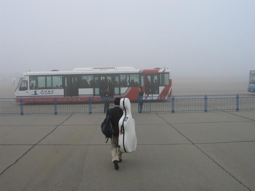 평양 순안공항에서 고려항공 여객기에 오르기 전 버스를 타려고 이동하는 모습. 고봉인 제공