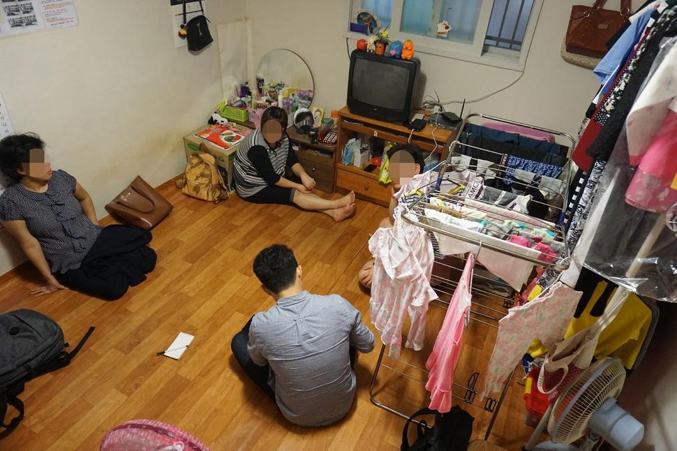 안주철(37·가명)씨 부부가 7년째 사는 경기도 성남시 상대원동 지하 단칸방. 한쪽 벽에 설치된 자동방향제가 15분마다 방 안 가득한 곰팡내를 밀어내고 있었다. 박기용 기자