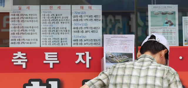 서울 서초구의 한 부동산중개소 앞에서 한 시민이 시세표를 살펴보고 있다. 신소영 기자 viator@hani.co.kr