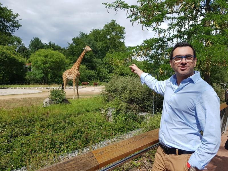 지난 6월29일 오후 프랑스 리옹동물원에서 자비어 발란트 리옹동물원 원장이 기린 앞에서 리옹동물원에 대해 설명하고 있다.