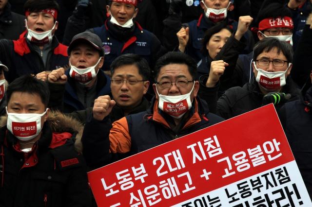 한국노총 조합원들이 지난해 1월29일 오후 서울역 광장에서 열린 `전국단위노조대표자 총력투쟁 결의대회'에서 참가자들이 저성과자해고, 취업규칙 변경 등 정부 양대지침을 비판하는 구호를 외치고 있다.김태형 기자 xogud555@hani.co.kr