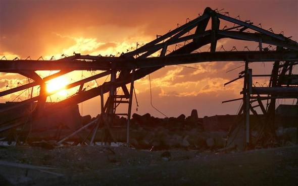 2011년 3·11 일본 대지진과 후쿠시마 원전 사고 4년을 맞은 2015년 3월 11일, 후쿠시마 현의 도미오카에서 지진해일로 붕괴된 건물 잔해 사이로 태양이 떠오르고 있다. 후쿠시마/AP 연합뉴스