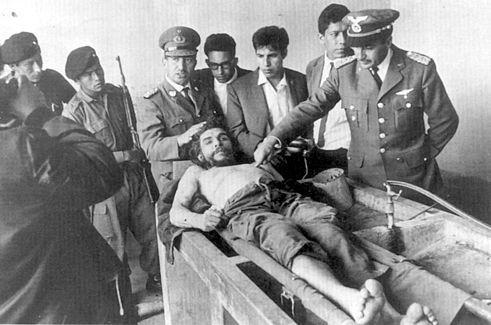 볼리비아군이 게바라를 처형하고 이튿날 주검을 외신에 공개하고 있다.