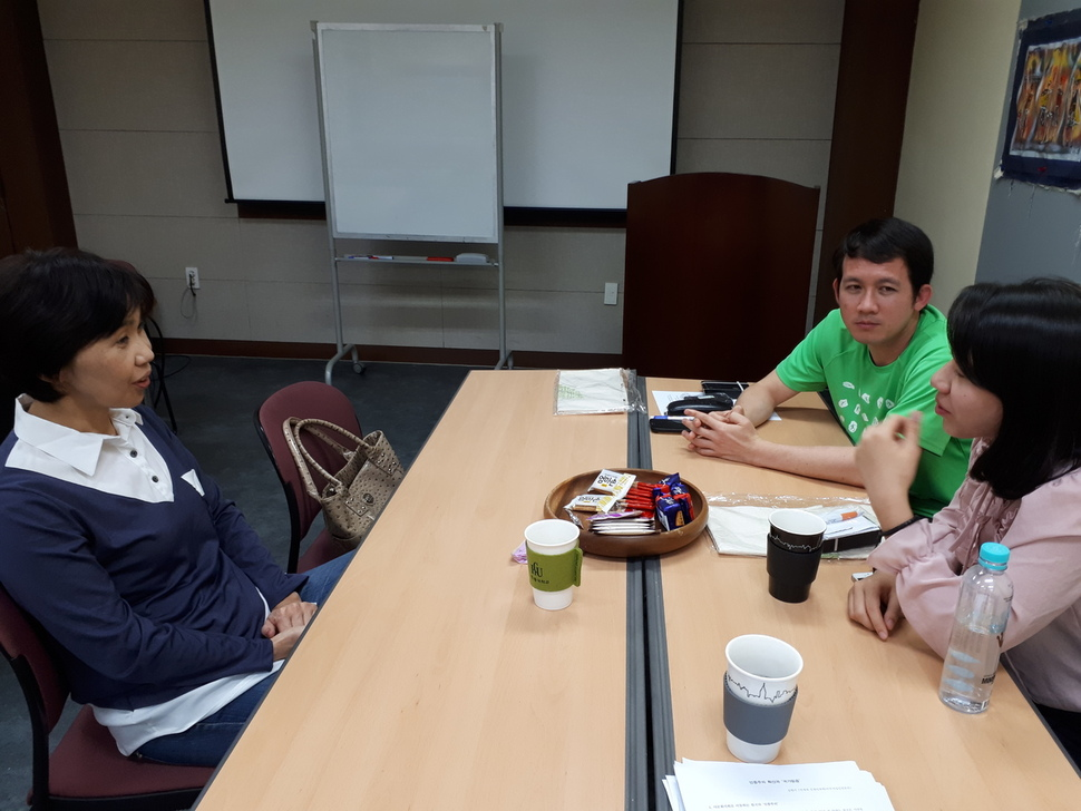 On Sept. 21 at the Canaan Farmers School in Wonju, Gangwon Province, Moue  Hiroko (left) speaks with Hai Sobat, a Cambodian who lives in Ilsan, ...
