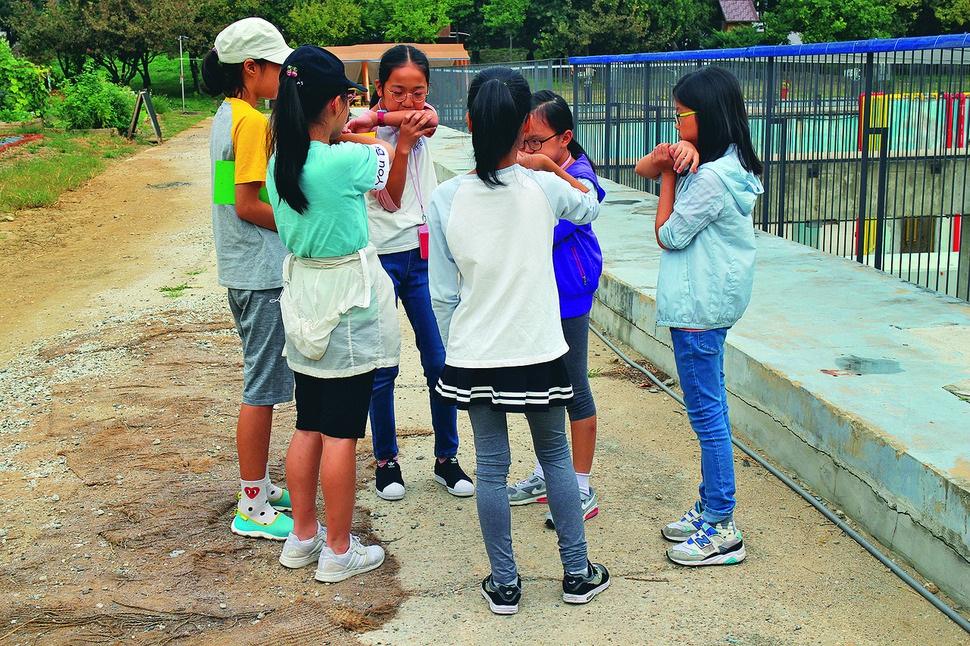 지난달 27일 서울 양천구 서서울예술교육센터 프로그램 '소리야 놀자'에 참여한 학생들이 입에 팔을 대고 불며 방귀 소리를 흉내 내고 있다.