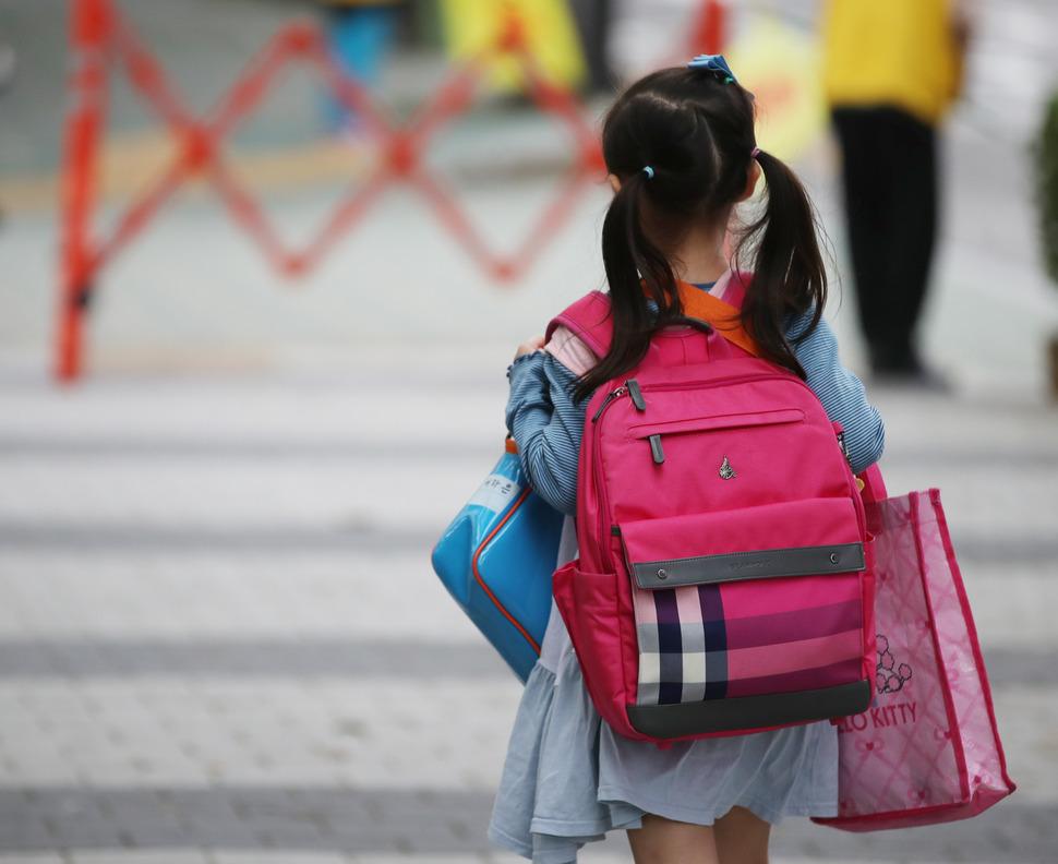 10일 오전 서울 시내 한 초등학교 앞에서 어린이가 등교하고 있다. 2017.10.10 연합뉴스