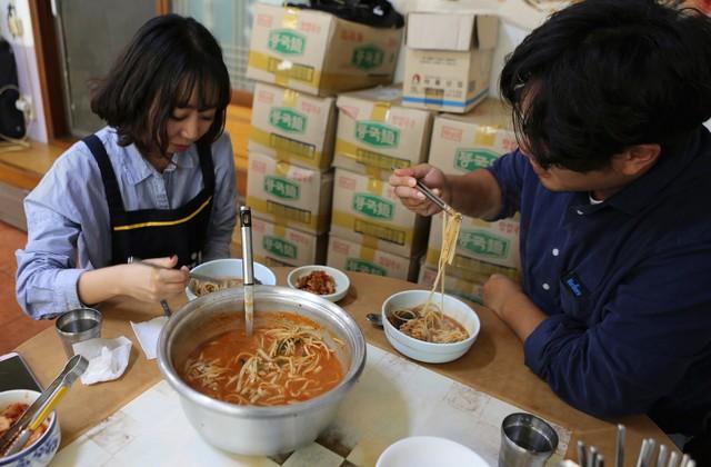 포항 구룡포 '까꾸네모리국수'집은 여행 온 젊은이들이 많이 찾는 곳이다.