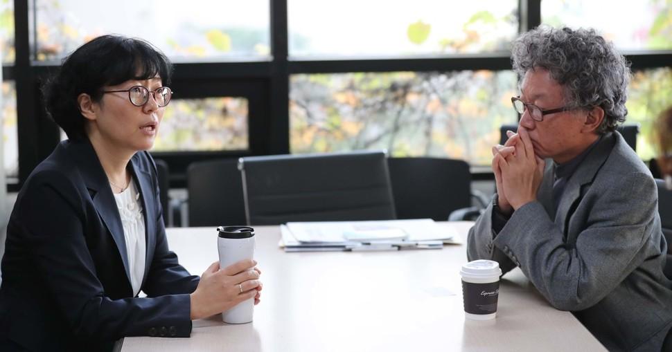 서균렬 서울대 원자핵공과 교수(오른쪽)와 윤순진 서울대 환경대학원 교수(왼쪽)가 11일 오후 서울 마포구 한겨레신문에서 `신고리 원전 문제 어떻게 풀 것인가'를 주제로 대담을 하기 전 이야기를 나누고 있다. 백소아 기자 thanks@hani.co.kr