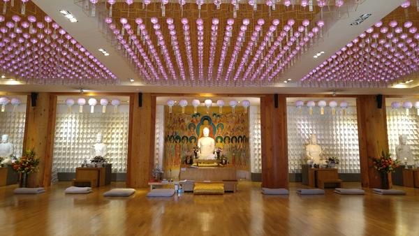 2012년 새로 자리한 전등사의 '무설전'은 불교신행과 현대미술 전시를 함께 하는 복합문화공간이자 그 자체 첨단 불교미학의 구현으로 명소가 되고 있다.