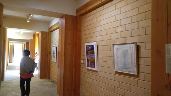 전등사 무설전의 법당 맞은 편 회랑을 활용한 서운갤러리. 지난 10년간 '현대미술 중견작가전'을 통해 소장하고 있는 300여점의 작품을 교대로 전시하고 있다.