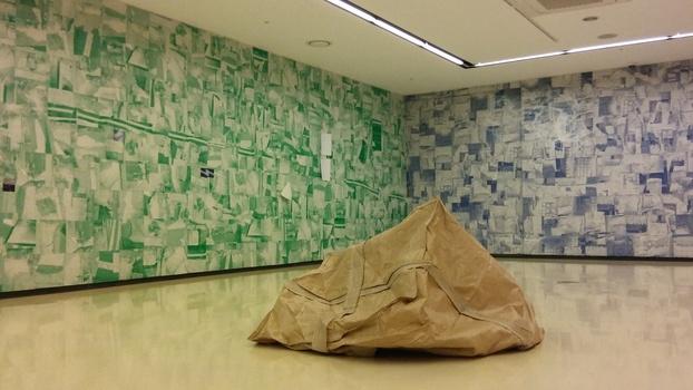 페리지갤러리에서 설치된 백현진 작가의 콜라주 전시 공간. 3년여간 서울 연남동 자신의 집을 산책하면서 바라보고 찍은 땅바닥 사진 70여점을 여러 색조로 인쇄한 종잇조각들을 붙여 벽면을 만들었다.