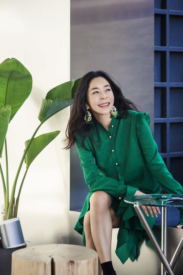 이혜영은 최근 '부부리닷컴'으로 패션 사업을 재개한 데 이어 화가로서도 재능을 인정받아 활발한 활동을 펼치고 있다. 윤동길(스튜디오 어댑터 실장)