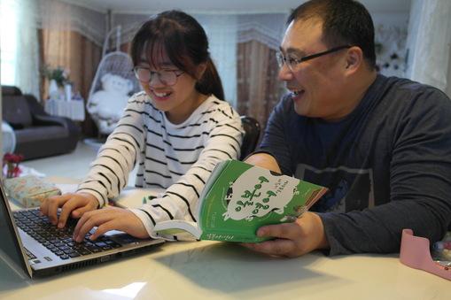 노혜린(김해율하초 4)양은 가족포상제 도전 과제로 '아빠와 일본어 회화 배우기'를 진행했다. 지난 19일 부녀가 함께 배운 것을 복습하고 있다.  노일성씨 제공