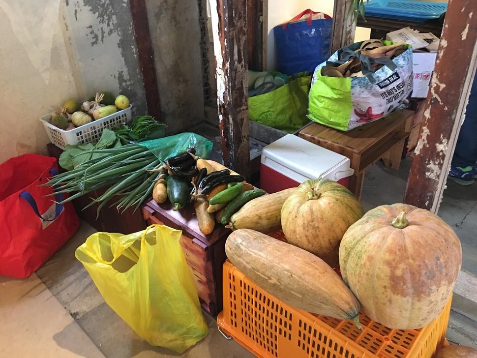 지난 9월2일 '세모아 도시농부' 장터가 열린 서울 종로구 통의동 보안여관 선유아리농장 좌판에 채소들이 전시돼 있다.