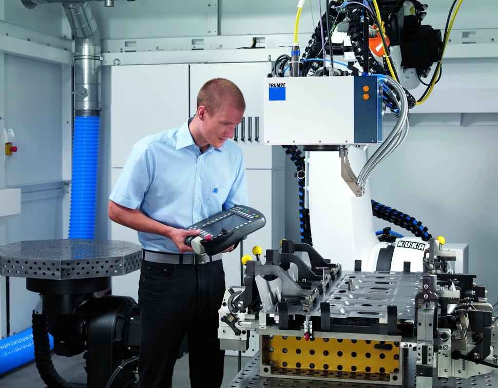 독일 공장기계업체 트룸프에서 노동자가 모니터를 들고 자동화된 생산시설을 관리하고 있다.  트룸프 제공