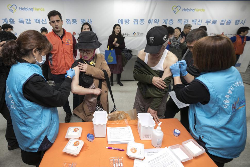 31일 오전 서울 중구 동자동 무료급식소 '따스한 채움터'에서 지역주민들이 예방접종을 받고 있다. 김성광 기자