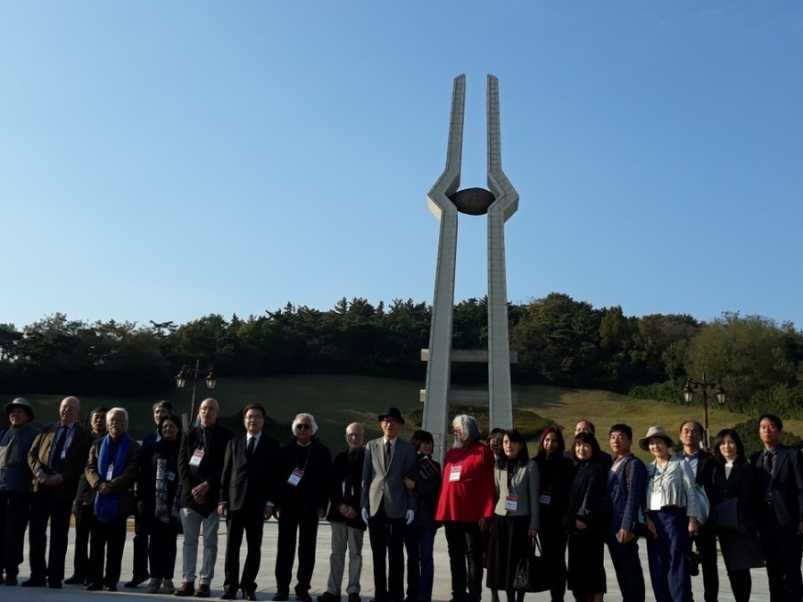 '제1회 아시아문학페스티벌'에 초청받아 참가한 작가들이 1일 오후 참배를 마친 뒤 기념사진을 찍고 있다. 정대하 기자