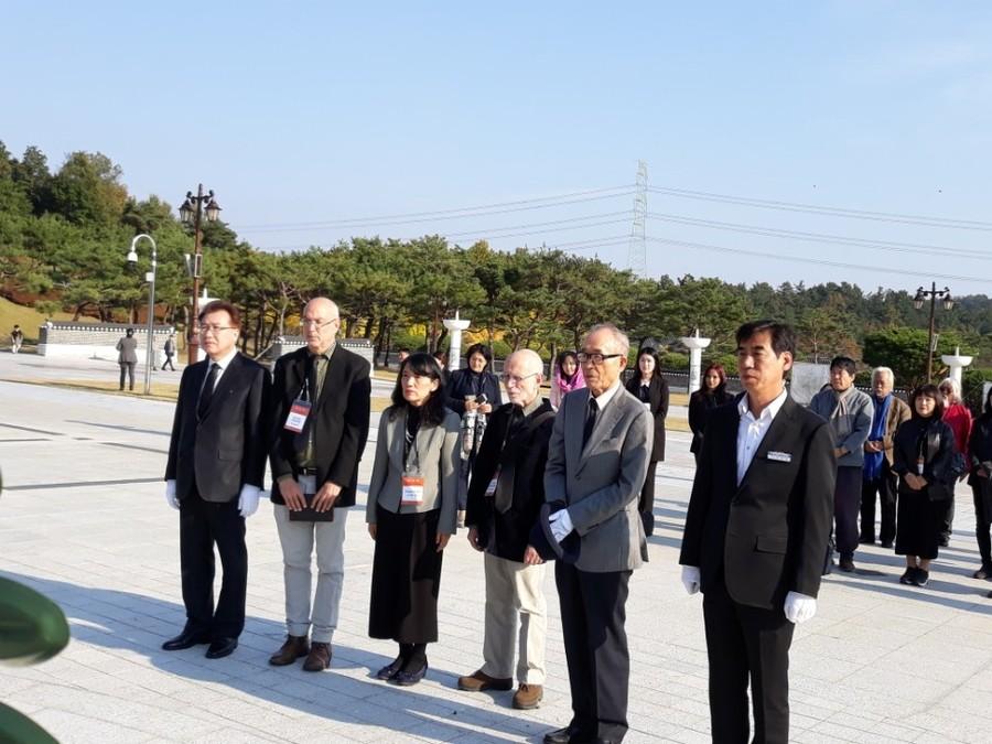국립아시아문화전당 주최로 열리는 '제1회 아시아문학페스티벌'에 참가한 작가들이 1일 오후 페스티벌 위원장인 고은(오른쪽에서 두번째) 시인과 함께 국립5·18묘지를 참배하고 있다. 정대하 기자