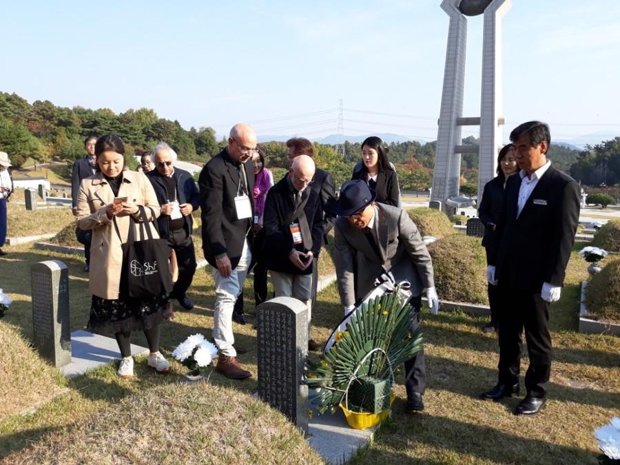 '제1회 아시아문학페스티벌'에 초청받아 참가한 작가들이 1일 고 조태일(1941~99) 시인의 묘지를 참배하고 있다. 정대하 기자