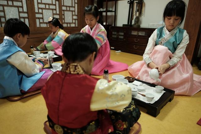 글마루한옥어린이도서관에서 다도 체험을 하고 있는 어린이들. 김미영 기자 kimmy@hani.co.kr