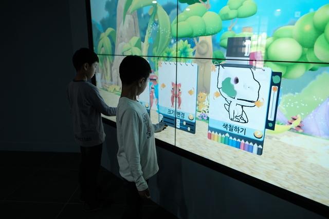어린이들이 아이티체험실 벽에 마련된 전자 스케치북에 손을 대어 그림을 그려보고 있다. 김미영 기자 kimmy@hani.co.kr