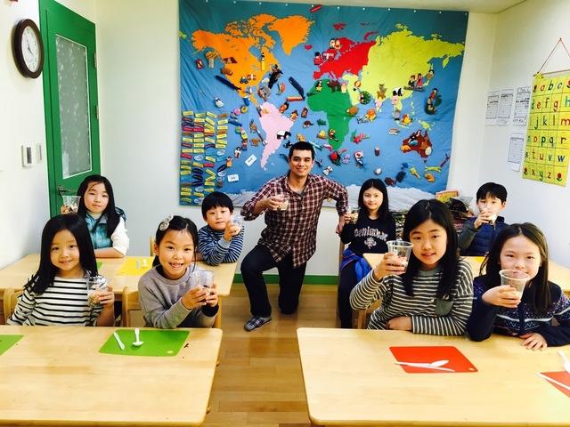 원어민 영어 선생님과의 체험활동을 하며 웃고 있는 어린이들. 용암어린이영어도서관 제공.