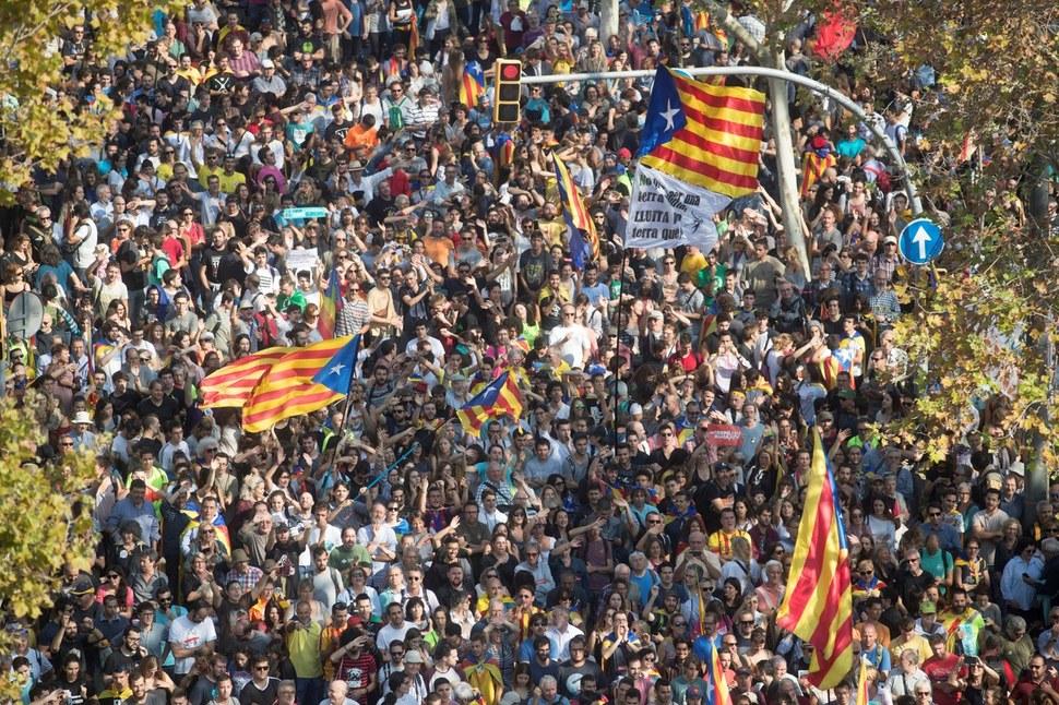 지난달 27일(현지시각) 스페인 바르셀로나의 카탈루냐 지방의회 의사당 앞에 카탈루냐 독립을 지지하는 수천명의 시민들이 모여 있다. 연합뉴스