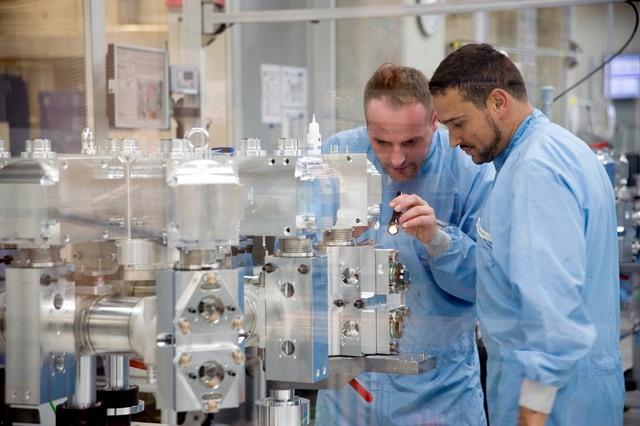 독일 공작기계 및 레이저가공기 업체 트룸프의 두 노동자가 레이저로 반도체를 제작하는 청정실에서 일하고 있다. 트룸프 제공