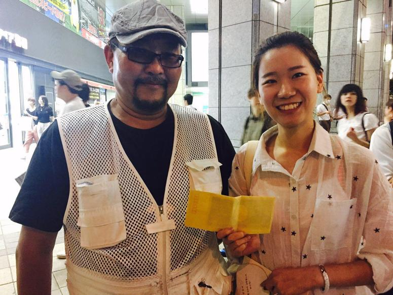 김샘의 사연을 들은 일본 일용직노동조합 활동가가 지난 7월5일 김씨를 만나 재판 비용으로 쓰라며 후원금을 전달했다. 김샘 제공
