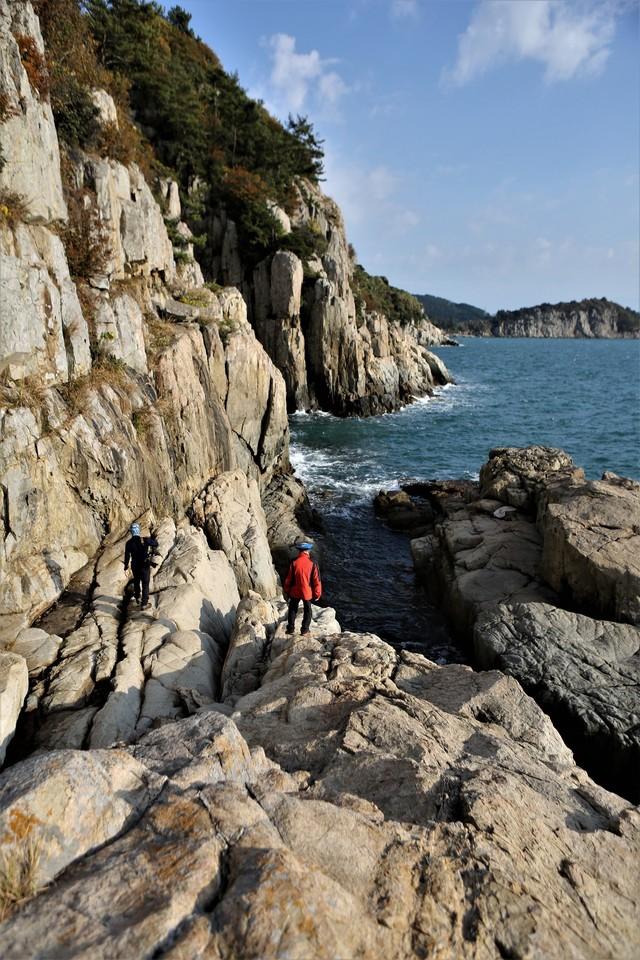 고흥 쑥섬 등대 밑의 '중 빠진 굴' 해안 절벽.