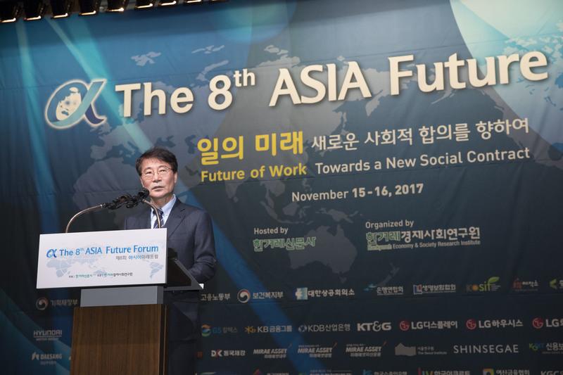 '일의 미래: 새로운 사회적 합의를 향하여'를 주제로 15일 열린 '제8회 아시아미래포럼' 개회식에서 장하성 청와대 정책실장이 문재인 대통령의 축사를 대독하고 있다. 김성광 기자 flysg2@hani.co.kr