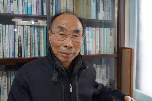 """권 회장은 가난 때문에 초등학교를 졸업한 뒤 농사를 지어야 했다. """"졸업 때 내가 전교 1등을 해 도지사상을 받았어요. 장학금을 받아 상급학교에 진학하기로 되어 있었죠. 그런데 전쟁이 나는 바람에 뜻을 이루지 못했어요.""""   농사와 중장비 기사를 하면서도 책을 손에서 놓지 않았단다. """"28살 때 초등학교 담임이었던 정인무 선생을 서울에서 만났는데 3권짜리 '마르크스 자본론' 책을 주시더군요. 이건 자네가 봐야 할 것 같다면서요. 책을 보니 사회·경제·문화가 다 나오더라고요. 대단하다고 생각했죠. 노트에 '가치'같이 어려운 단어를 써가며 읽었어요."""""""