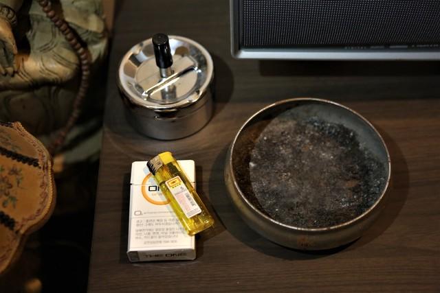 작업실 안에 남아 있는 담배와 재떨이.