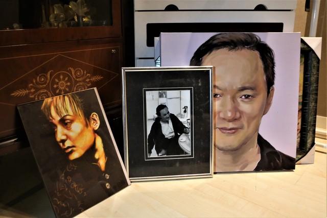 신해철 음악작업실 안에서 만난 신해철 초상화와 사진들.
