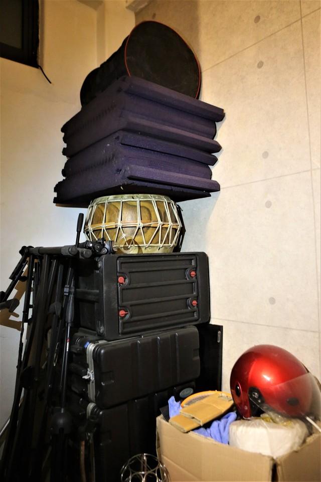 작업실 한쪽에 쌓여 있는 악기와 소품들.
