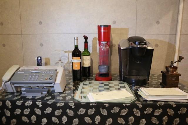 작업실 안 탁자에 놓여 있는 와인병과 잔, 커피 분쇄기 등.