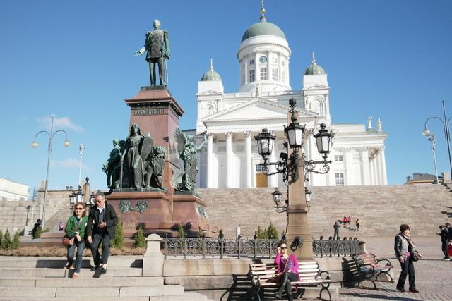 핀란드 수도 헬싱키의 의사당 광장에 있는 제정러시아 시절 차르 알렉산드르 2세의 동상은 핀란드와 러시아의 '가깝고도 먼' 관계를 상징적으로 보여준다. 헬싱키/ 조일준 기자