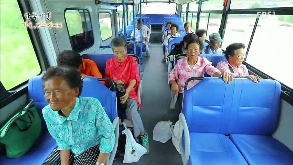 운전이라는 행위는 ㄱ지점에서 ㄴ지점으로의 이동으로 보이지만, 때로 그 행위는 사람만이 판단하고 결정할 수 있는 복합적이고 실존적인 영역이기도 하다. <교육방송>의 '한국기행: 가을, 버스 안에서'(왼쪽)와 영화 <택시 운전사>.