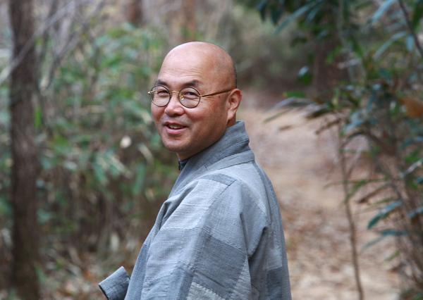 미황사 주지 금강 스님이 새로 낸 달마산 둘레길 '달마고도'를 걷고 있다. 사진 이길우 선임기자