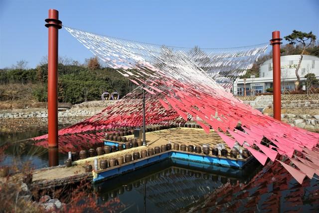 '남원루 프로젝트' 만들어진, 함파우소리체험관의 설치작품 와선루. 지리산과 광한루 기와지붕의 선을 형상화했다.